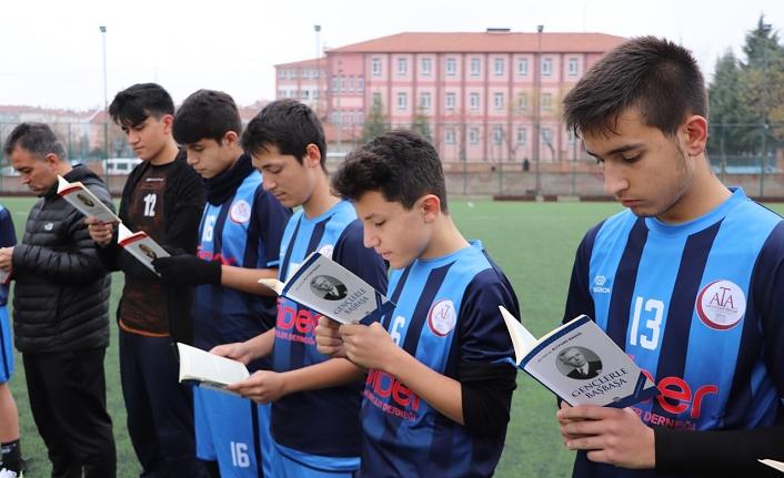 Yarı Final Maçı Öncesi Kitap Okudular