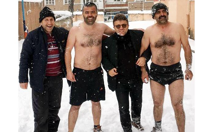 İki Esnaf Kar Banyosu Yaptı