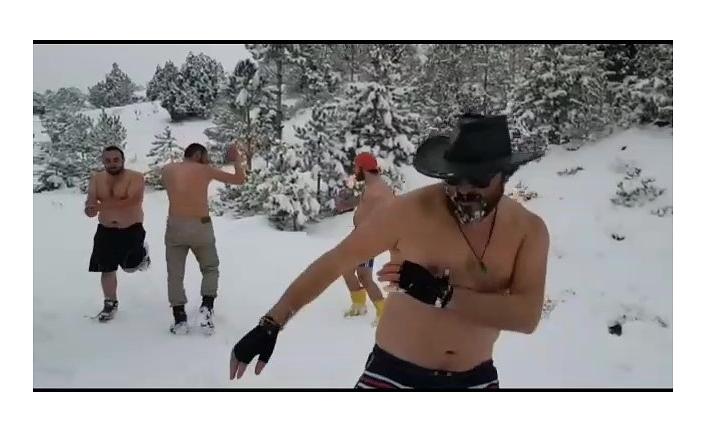 Soğuk Havada Kıyafetlerini Çıkarıp Eğlenen Beş Kafadar Eğlendirdi