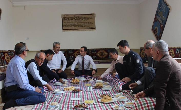 Kaymakam Göze Belediye Başkan Adayları İle Yemekte