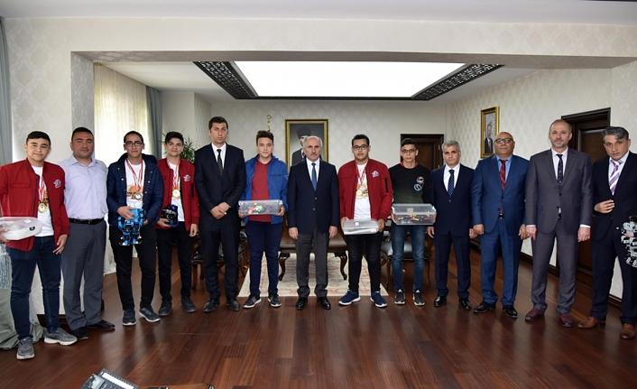 Robot Yarışmasının Derece Alan Öğrencilerinden Vali Fahri Meral´e Ziyaret