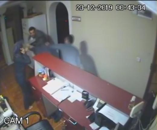 Otel İşletmecisi İle Eşi Darp Edildi, Olay Kameraya Yansıdı