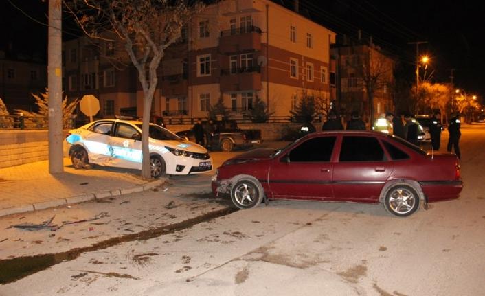 Karaman'da Otomobil Polis Aracına Çarptı: 3'ü Polis 4 Yaralı