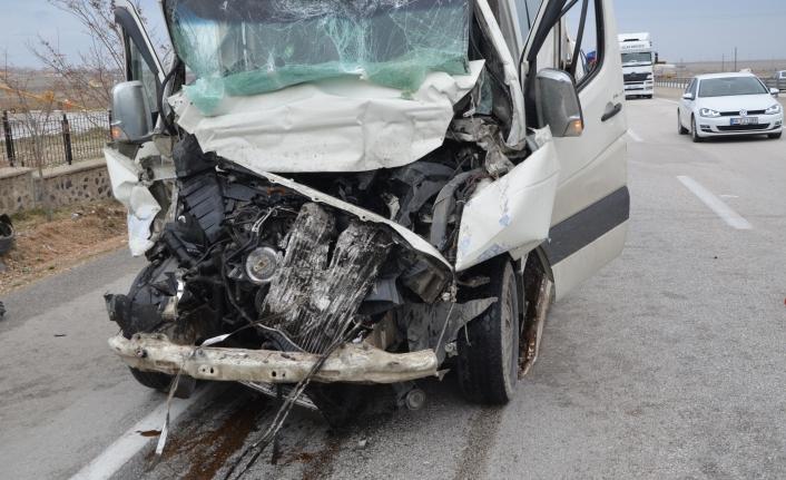 Ereğli'de Minibüs Tıra Arkadan Çarptı: 1 Ölü, 3 Yaralı