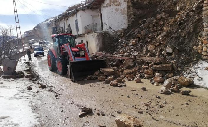 Karaman'da İstinat Duvarı Yıkıldı Yol Trafiğe Kapandı