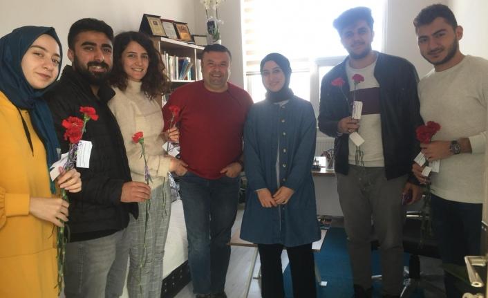 Öğrenciler Kadınlar Gününde Karanfil Dağıttı