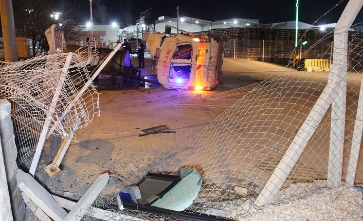 Tekeri Patlayan Ambulans Kaza Yaptı: 3 Yaralı