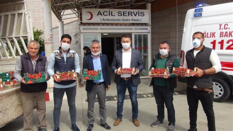 Silifke'den Sağlık Çalışanlarına 1 Ton Çilek