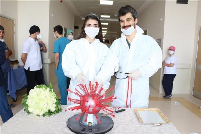 Virüsten Ertelenen Nişanlarını Hastanede Yaptılar