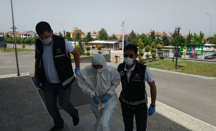 Karaman'da Silah Kaçakçılığından Gözaltına Alınan Şahıs, Adliyeye Özel Koruyucu Kıyafetle Getirildi