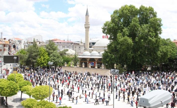Karaman'da Sosyal Mesafeli İlk Cuma Namazı Kılındı