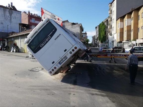Ticari Taksi İle İşçi Servisi Çarpıştı: 11 Yaralı
