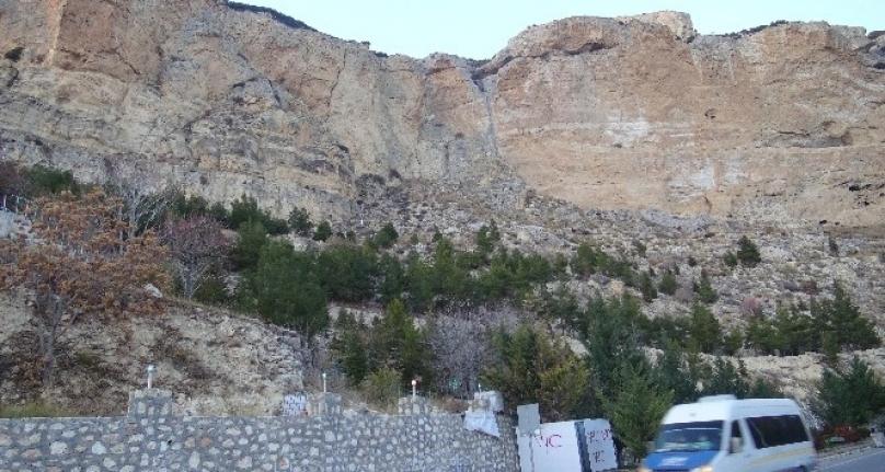 5.2`lik Deprem Karaman`da Kayaları Yerinden Oynattı