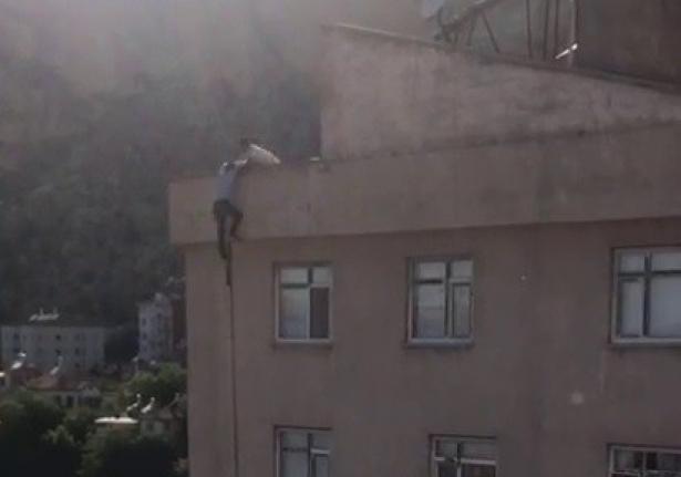 Çatıdan Sarkan Şahıs Vatandaşlar Tarafından Kurtarıldı