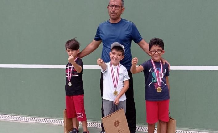 Karaman Tenis Takımı Madalyalarla Döndü