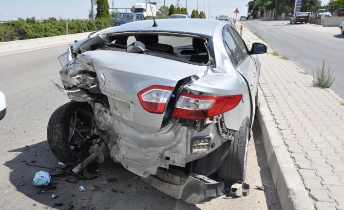 Otomobile Hafif Ticari Araç Çarptı: 1 Yaralı