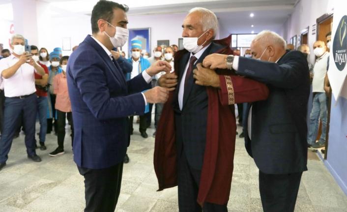 İlin Ahisi Kaftanını Başkan Kalaycı'nın Elinden Giydi