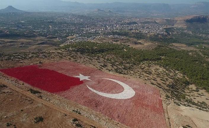 Mut İlçesinde Dünyanın En Büyük Bayrağı Boyanıyor