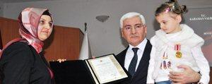 Sehit Ailesi Ile Gaziye Devlet Övünç Madalyasi