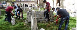 Tarihi Mezarligi Gönüllü Olarak Temizliyorlar