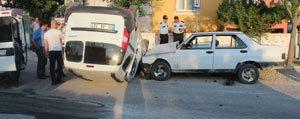 Polis Araci Ile Otomobil Çarpisti: 3 Yarali