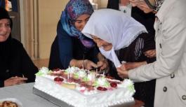 100. Yaşını Huzurevinde Pasta Keserek Kutladı
