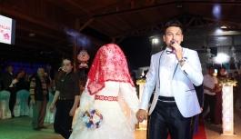 Yerel Sanatçı Kendi Düğününde Hem Söyledi Hem...