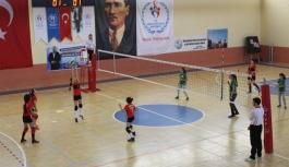 Minik Kızlar Voleybol'da Şampiyon Gençlik Spor...