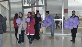 Öğrencilerden Kadınlara Mor Balon Jesti