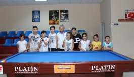 Gençler Yaz Tatilini Bilardo Oynayarak Değerlendiriyor