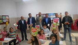 AK Parti Kitap Dağıttı