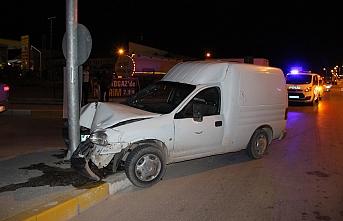 Hafif Ticari Araç Trafik Lambasının Direğine Çarptı:...