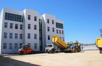 Belediye Ekipleri Yeni Adliye Binasında Asfalt Çalışması...