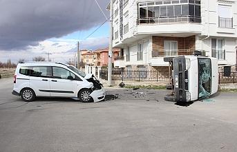Hafif Ticari Araçla Çarpışan Kamyonet Devrildi:...
