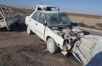 Otomobil İle Kamyonet Çarpıştı: 4 Yaralı