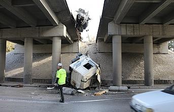 Bariyerlere Çarpıp Köprüden Aşağıya Düştü