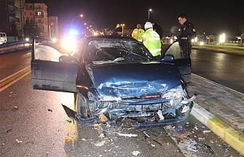 İki Otomobil Köprü Çıkışında Kafa Kafaya Çarpıştı:...
