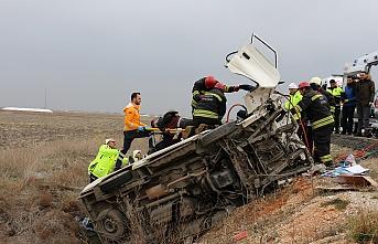 Minibüs Takla Attı Sıkışan 2 Kişi İtfaiye Tarafından Kurtarıldı