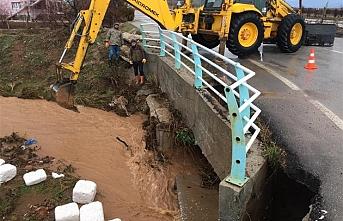 20 Evi Su Bastı 1 Köprüde Göçük Meydana Geldi