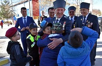 İlkokul Öğrencileri, Gazilerimizi Asker Selamıyla...