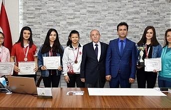 Karaman Anadolu Lisesinin Genç Kızlarından Badmintonda...