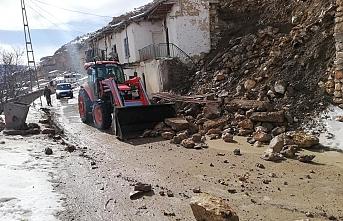Karaman'da İstinat Duvarı Yıkıldı Yol Trafiğe...