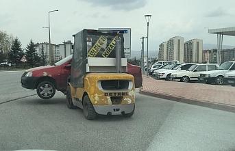 Konya`da Forklift İle Caddede Otomobil Taşıdı