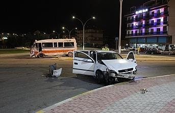 Hat Minibüsü ile Otomobil Çarpıştı: 3 Yaralı