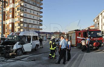 Karaman'da Kaza Yapan Servis Minibüsü Alev Aldı