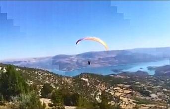 Karaman'da Paraşütçü Kayalıklara Çarptı