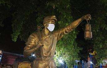 Madenci Heykelinde Maske Mesajı