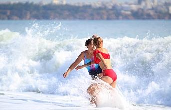 Antalya`da Turistlerin Dev Dalgalarda Deniz Keyfi