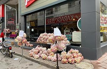 Karaman'da 'Askıda Elma' Kampanyası