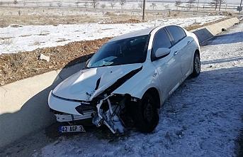 Karaman`da Tekeri Patlayan Otomobildeki 4 Kişi Ölümden Döndü